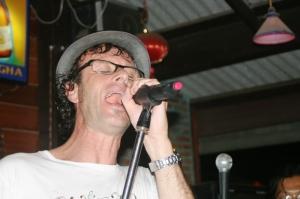 alex-sjunger-med-bandet-i-oodies-place