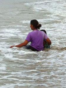 Badande thaikvinna med barn