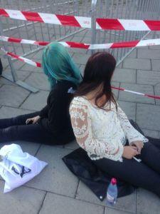 Johanna och Ida väntar på Mando Diao