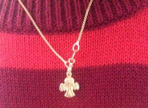 … med halsbandet från Anna-Lisa som Alice älskar