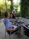 Mannen och Lena frukosterar på terassen i stan